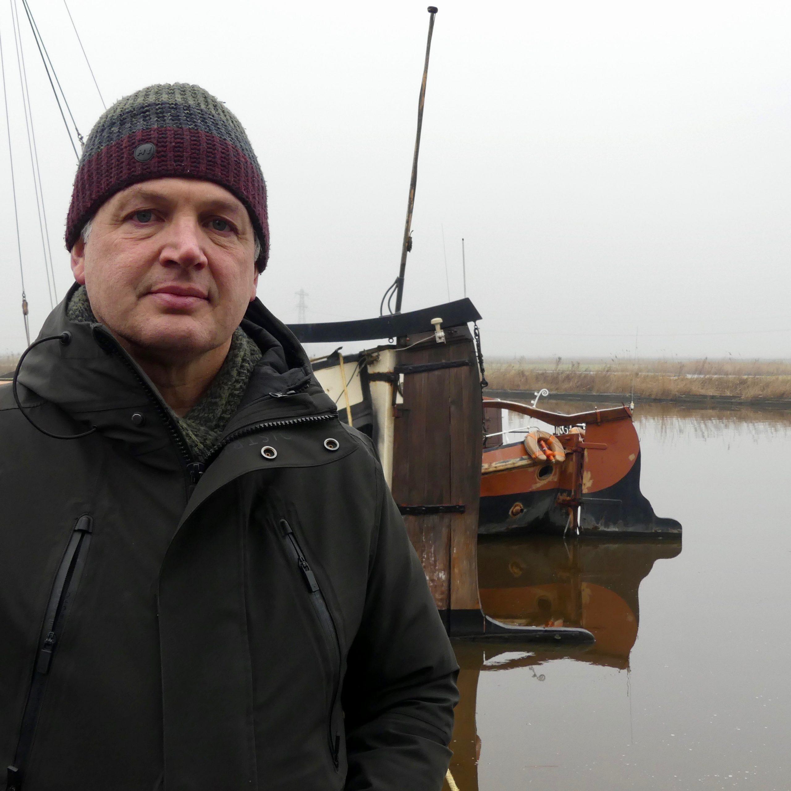 Dirk de Mooij bij de Excelsior en de Aaltje. 'De schippers betalen geen salaris. Sterker nog, ze krijgen een vergoeding voor de onkosten.' (Foto Heere Heeresma jr.)