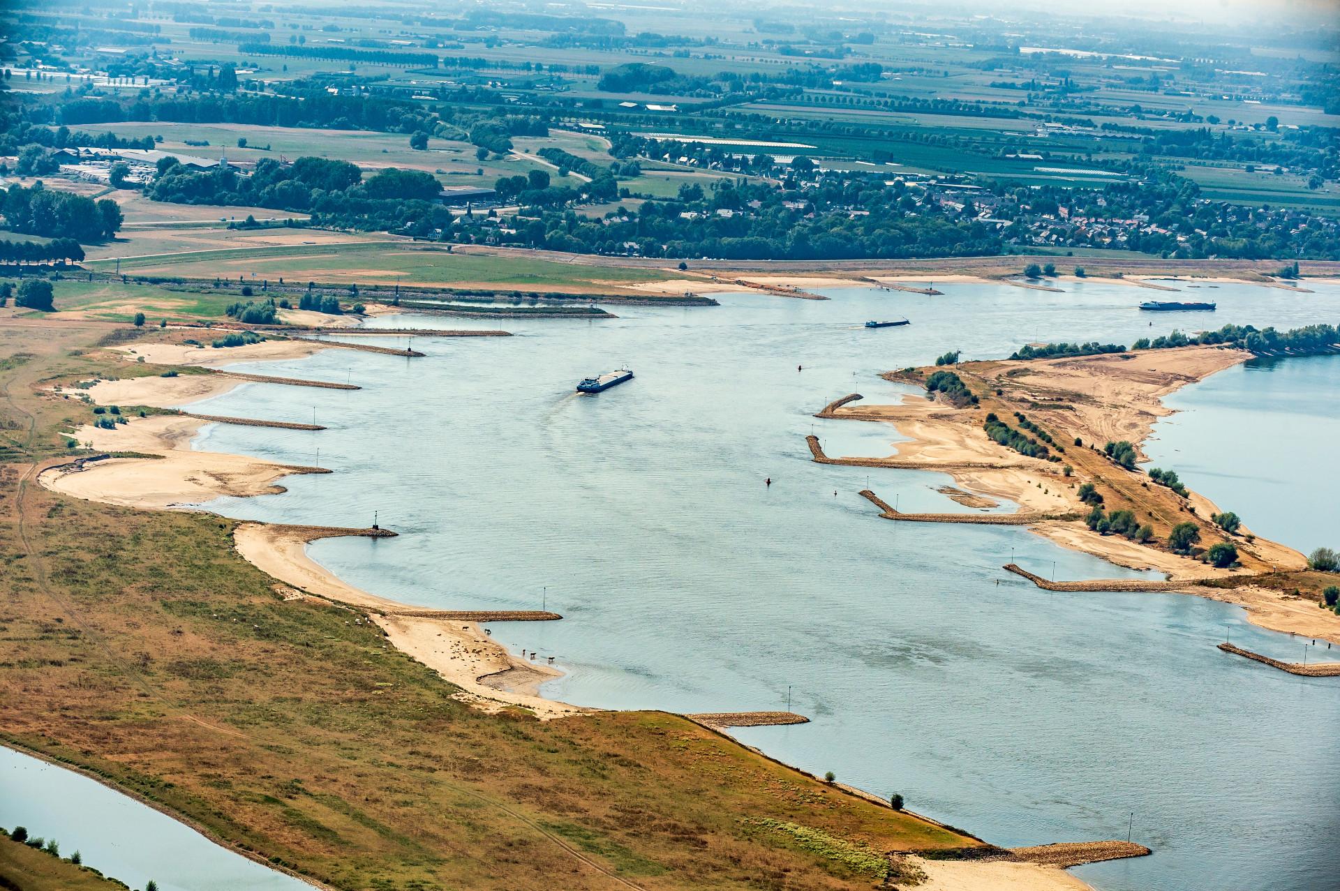 Volgens onderzoekers heeft de 159 dagen durende laagwaterperiode in de zomer van 2018 de samenleving zo'n 2,7 miljard euro gekost. (Archieffoto Rijkswaterstaat)