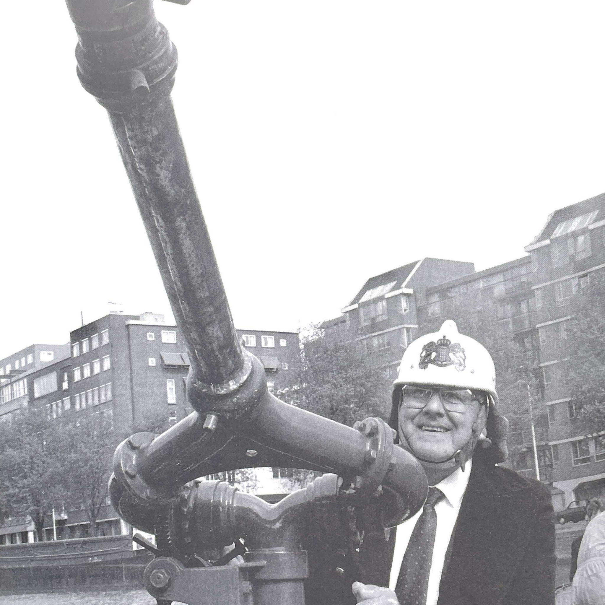 Van Dorsten aan het werk als 'Erespuitgast 1995'. (Archieffoto Schuttevaer / Lilian van Hiele)