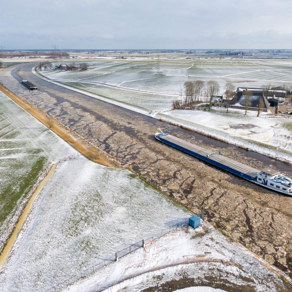 Binnenvaartschepen op het Prinses Margrietkanaal tussen Sneek en Grou banen zich een weg door het ijs. Ze kunnen dit zelfstandig nog doen. Maar voor hoe lang nog... Rijkswaterstaat twittert dat er in ieder geval ijsbrekers klaar liggen in Lemmer