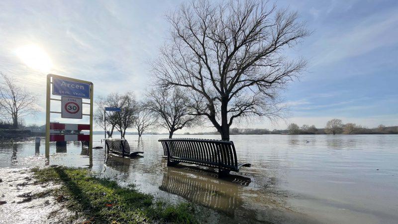 Ook op de Maas staat het water hoog. (Foto Erik van Huizen)
