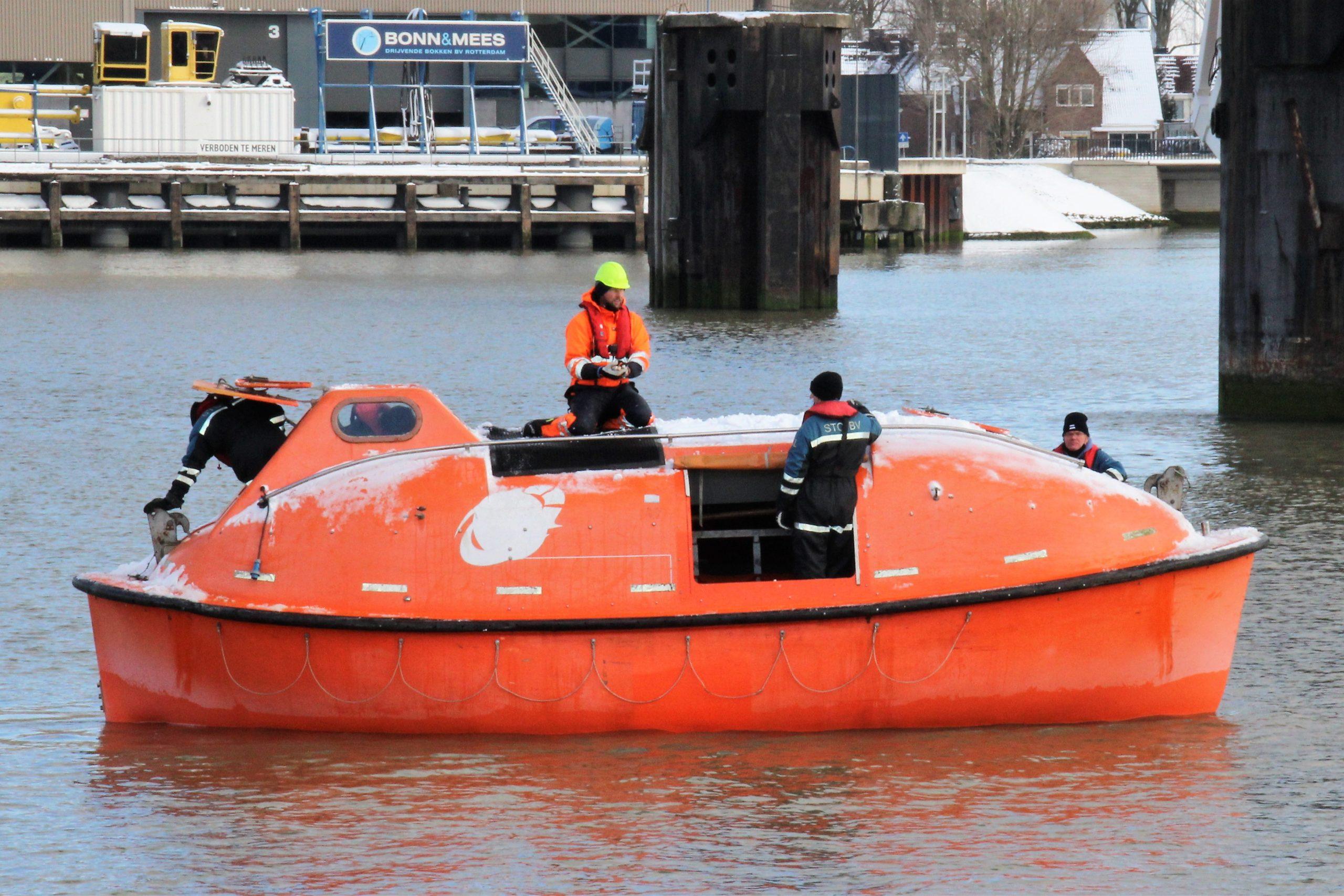 Reddingbootoefening in de Heysche Haven bij het STC-KNRM centrum te Rotterdam.(Foto Hans Heynen)