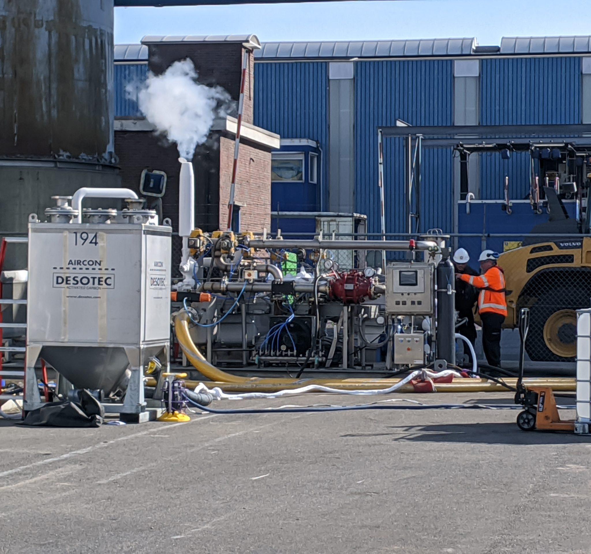 Ontgassingsinstallatie op het terrein van Mariflex. (Foto Robin van den Bovenkamp)