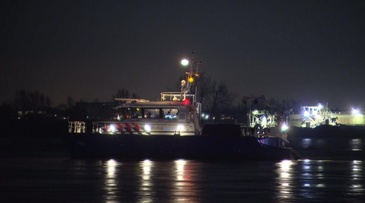 Een patrouilleboot van de politie is donderdagavond op de Maas tussen Herten en Linne, niet ver van Roermond, vastgelopen.