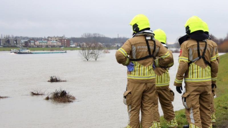 Hulpdiensten zijn massaal uitgerukt nadat een schip, wat op drift was geraakt, een aanvaring heeft gekregen met het veer tussen Steyl en Baarlo. Foto: Keistad Nieuws
