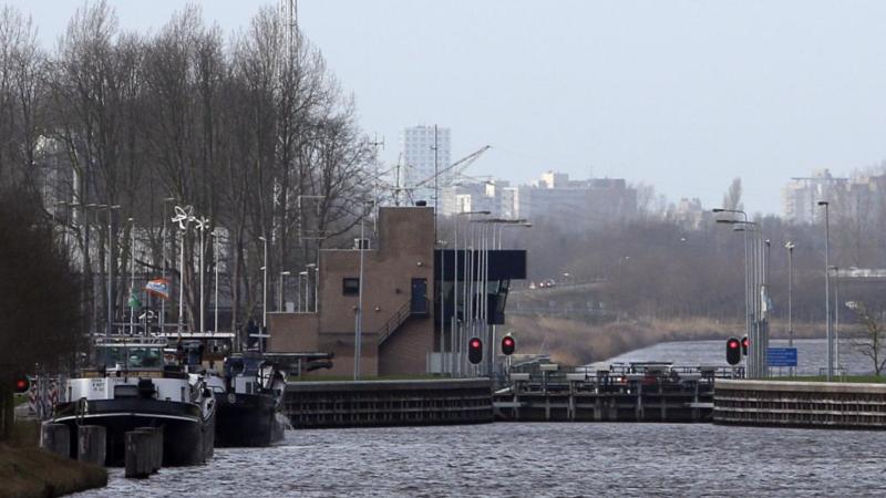 Uit inspectie van de sluis in Schijndel bleek echter dat de slijtage van de draaipunten zodanig is dat het onderhoud eerder moet worden opgepakt.