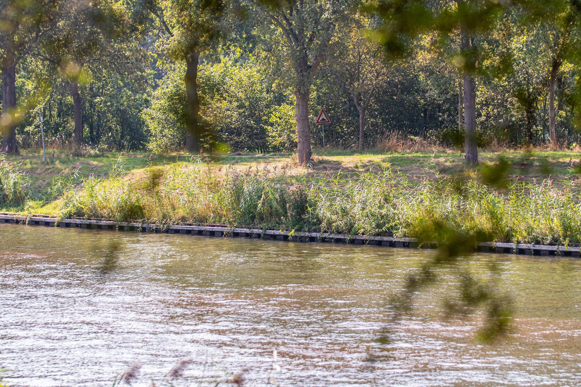 Een damwand aan het Twentekanaal. (Foto Rijkswaterstaat)