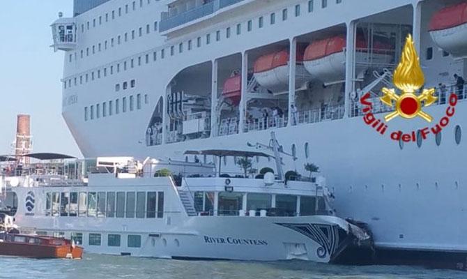 Het cruiseschip MSC Opera voer zondagmorgen 2 juni in Venetië met flinke snelheid tegen het afgemeerde, onder Nederlandse vlag varende riviercruiseschip River Countess.