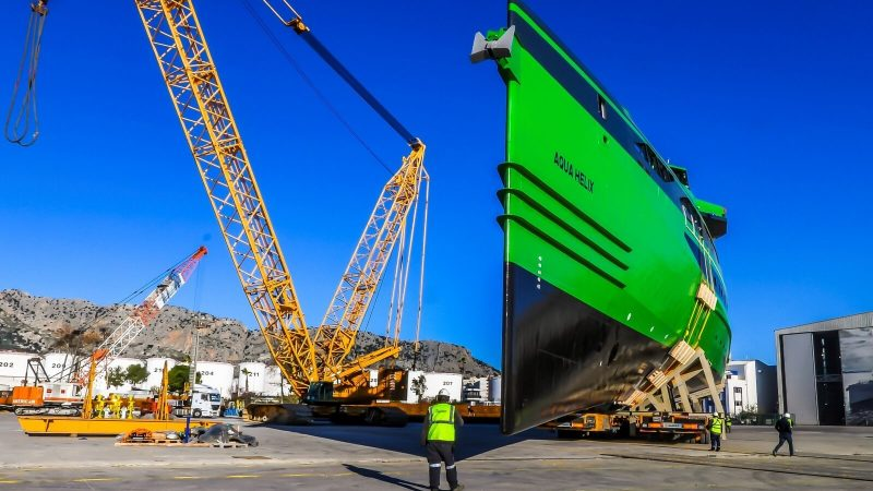 De nieuwste Fast Crew Supplier Aqua Helix moest op een ongebruikelijke manier te water worden gelaten. Omdat de helling op de werf van Damen Shipyards in Antalya buiten bedrijf is, werd het schip door twee mobiele kranen in het water gelegd. (Foto Damen)