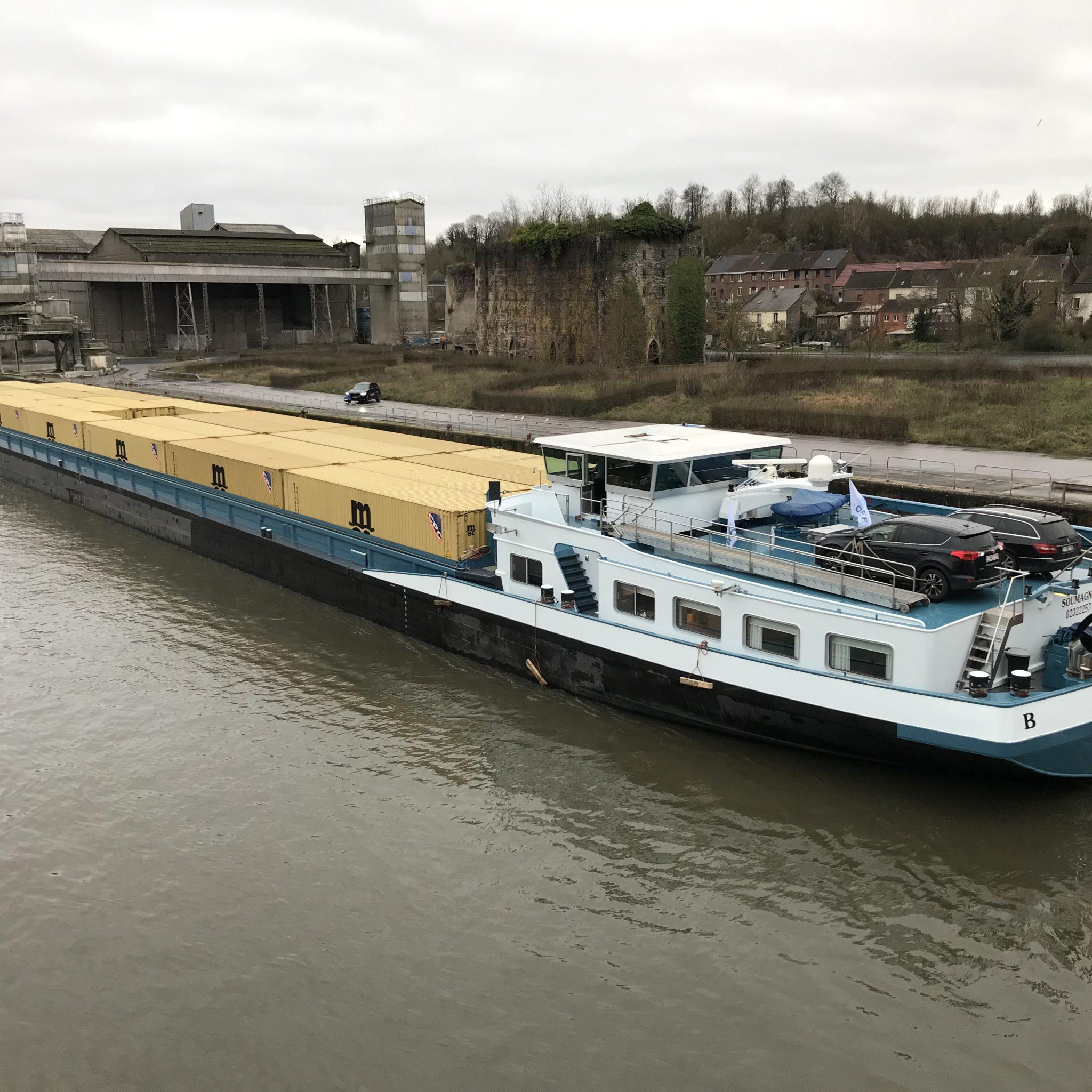 Met het Belgische 110 meter schip Samarkand, beladen met 42 40-voets containers verlengde Contargo de Zijderoute van China, via Duisburg, tot Valenciennes. (Foto Contargo)