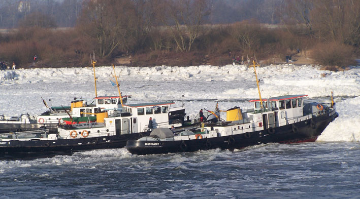 IJsbrekers op de Elbe. (Foto archief WSA)