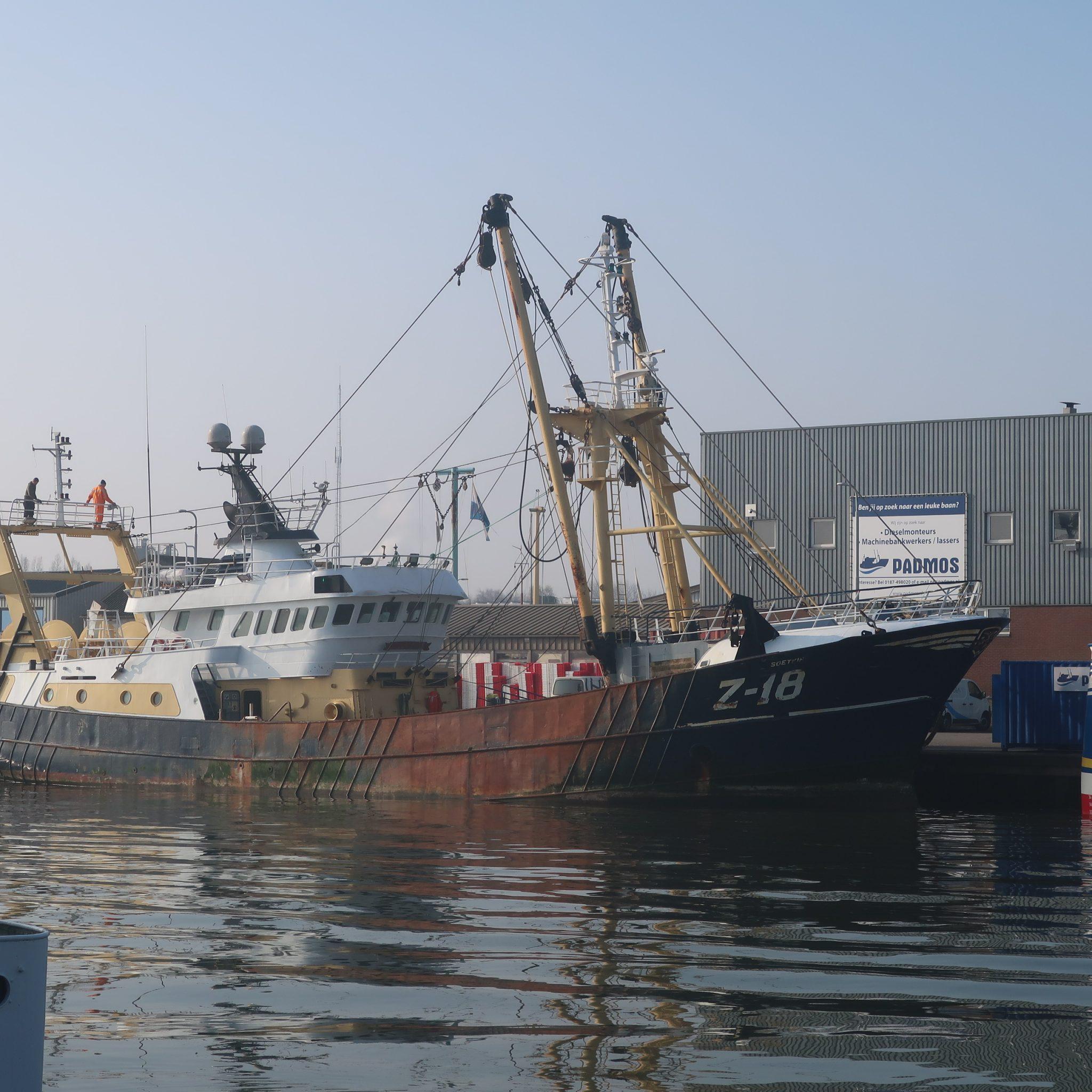 De Z-18 Soetkin op de foto tijdens onderhoud in de haven van Stellendam. (Foto W.M. den Heijer)