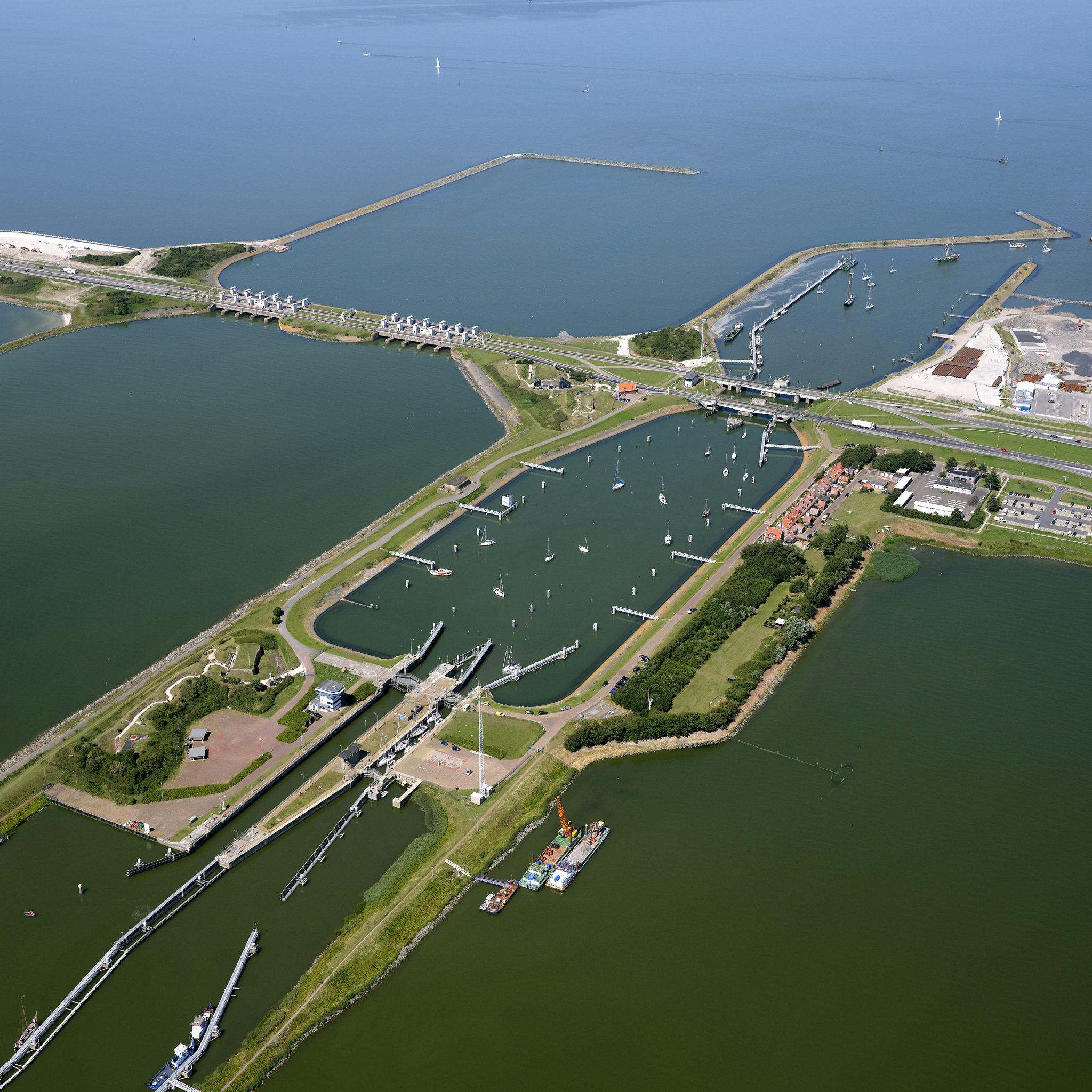 Luchtopname van de Afsluitdijk met de Lorentzsluizen bij Kornwerderzand. (Foto ANP)