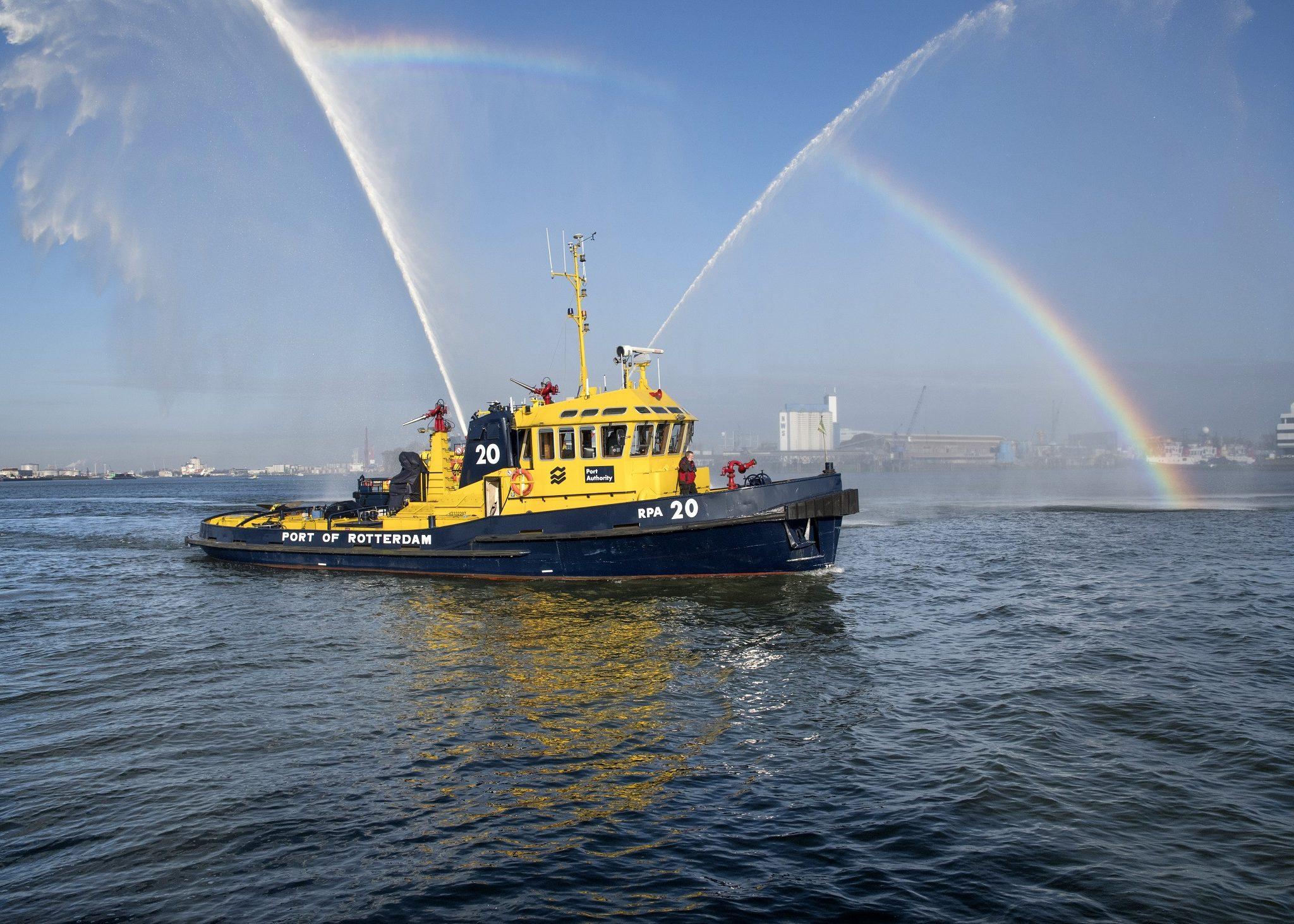 De RPA 20 vertrekt vanaf de werf van het Havenbedrijf op Heijplaat. (Foto Ries van Wendel-de Joode/Havenbedrijf Rotterdam)