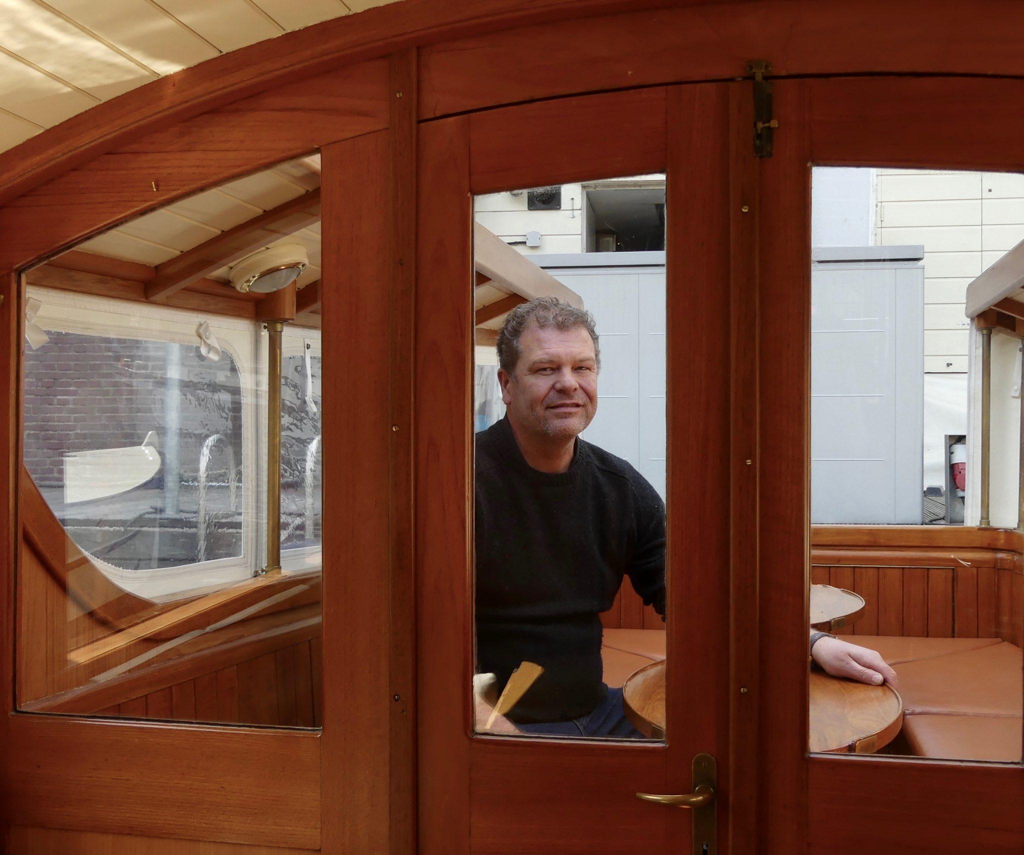 Tommy van Riet op zijn salonboot Stern. (Foto Heere Heeresma jr.)