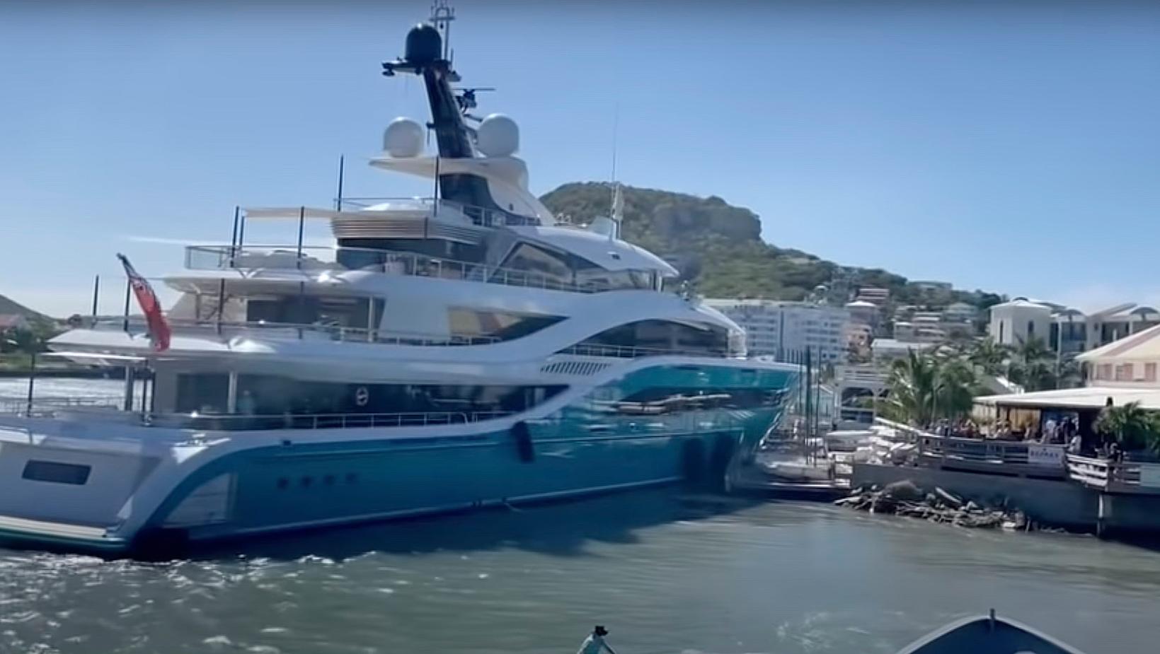 Superjacht kraakt steigers jachtclub Sint-Maarten [VIDEO] - Schuttevaer