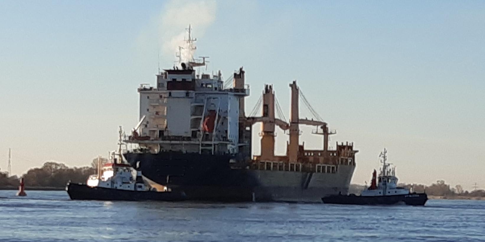 Het 180 meter lange zeeschip wordt door sleepboten in toom gehouden (Foto WSP)