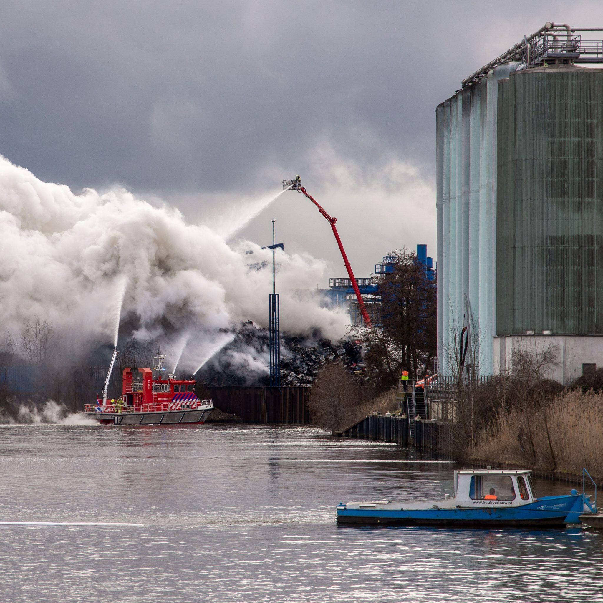 Blusboot Batouwe uit Tiel blust brand in Den Bosch (Foto Bart Oosterveld)