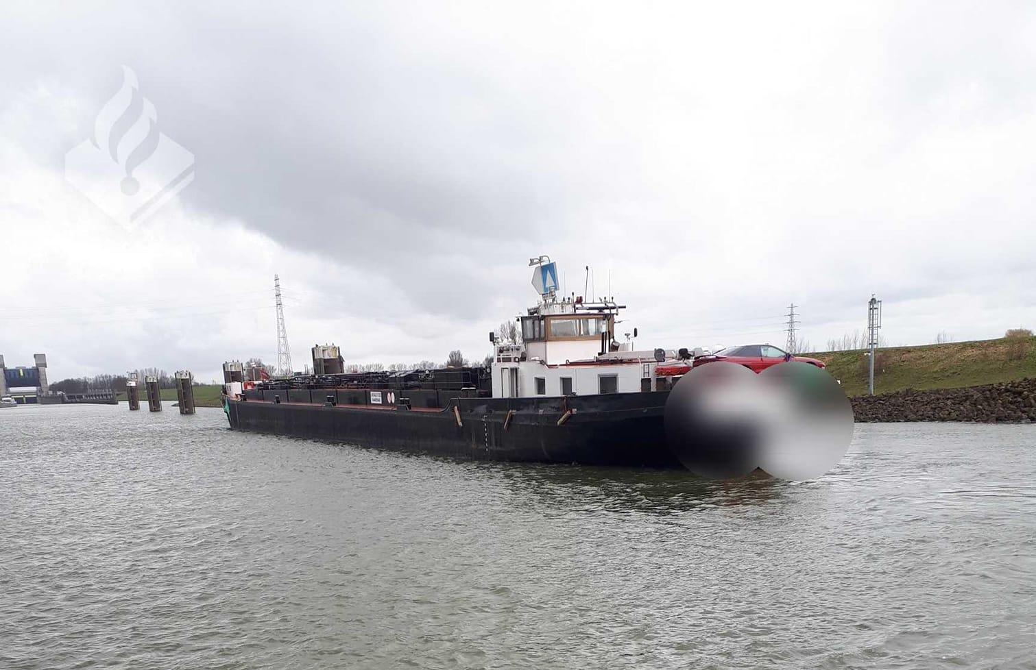 De aangehouden tanker bij de Prins Bernhardsluizen in Tiel, de naam is door de politie onleesbaar gemaakt (Foto Landelijke Eenheid)