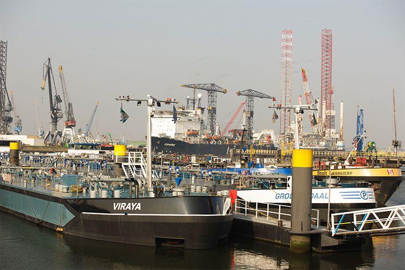 Rotterdam start een proef met het gemengd afmeren van verschillende soorten binnenschepen. (Foto Port of Rotterdam)