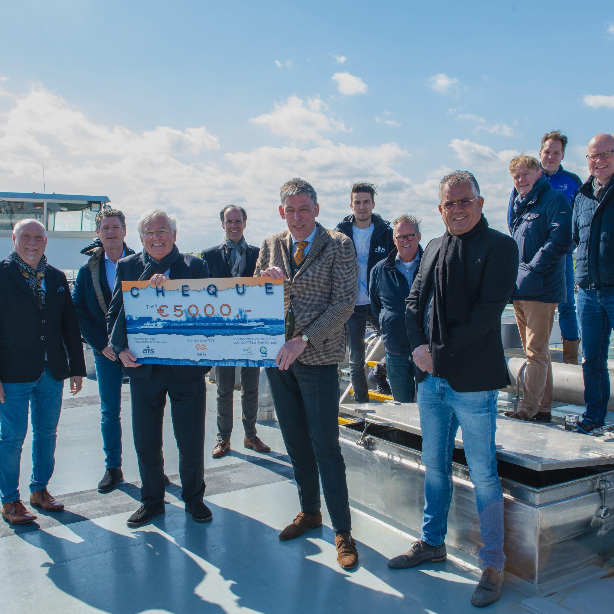 Een cheque van vijfduizend euro gaat naar Stichting MATE om het nieuwe schip te vieren. (Foto ZMS)