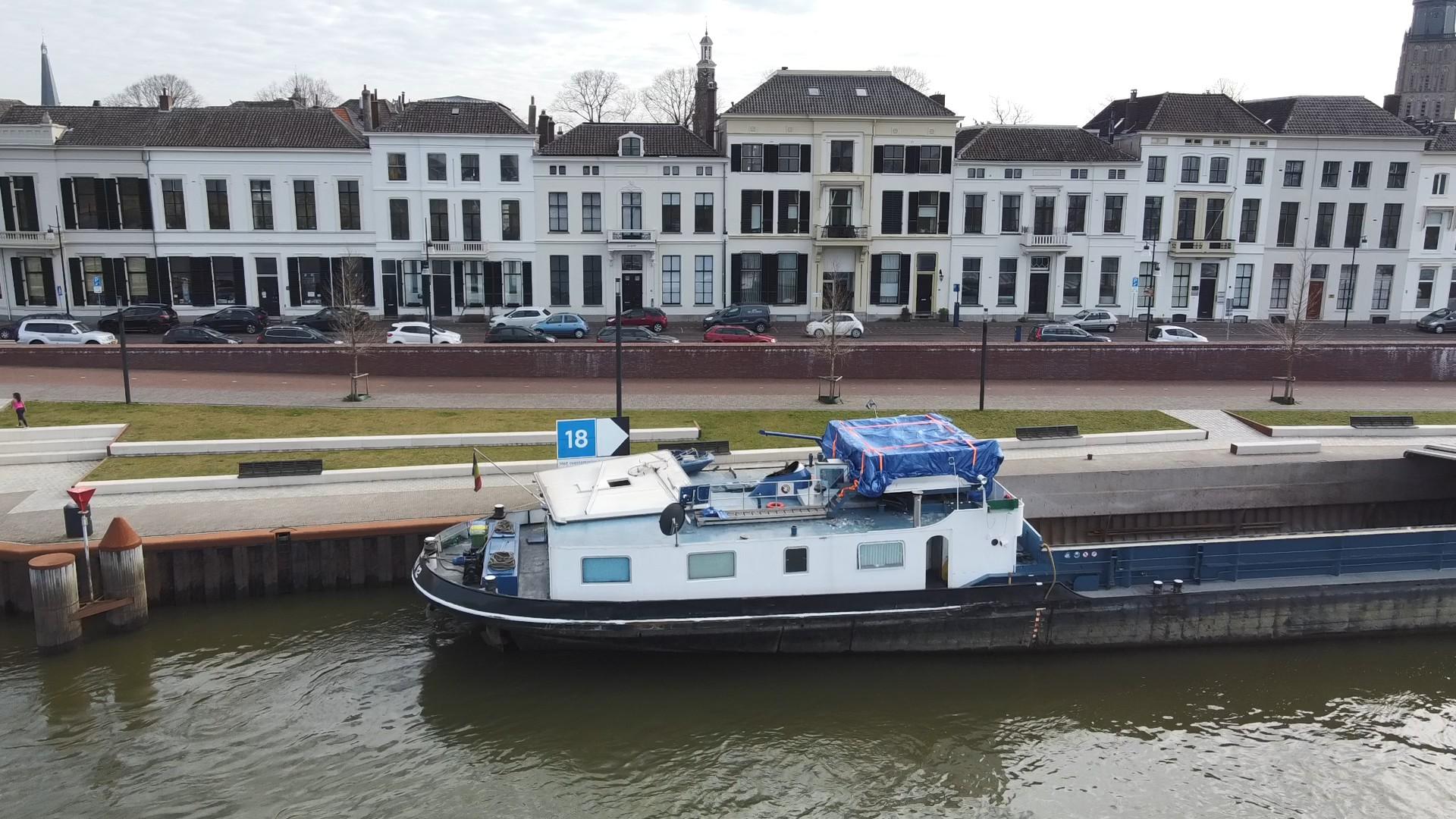 De stuurhut is in twee delen na de aanvaring met de Oude IJsselbrug (Foto: Eddy Masselink)