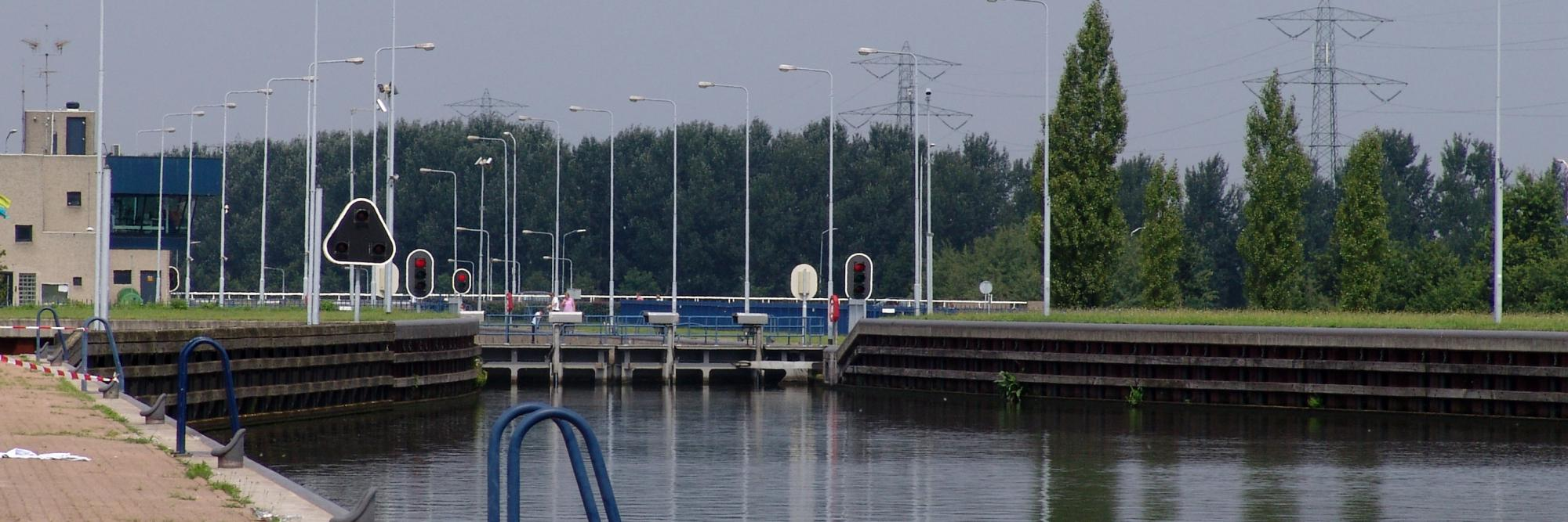 De werkzaamheden aan de sluis in Helmond worden uitgesteld. (Foto Binnenvaart in Beeld)