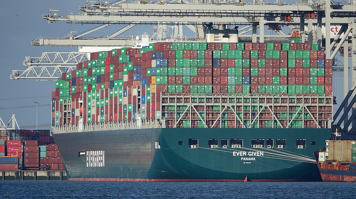 De Ever Given is weer op weg naar Rotterdam na 6 dagen vast te hebben gelegen. (Foto Wikipedia)