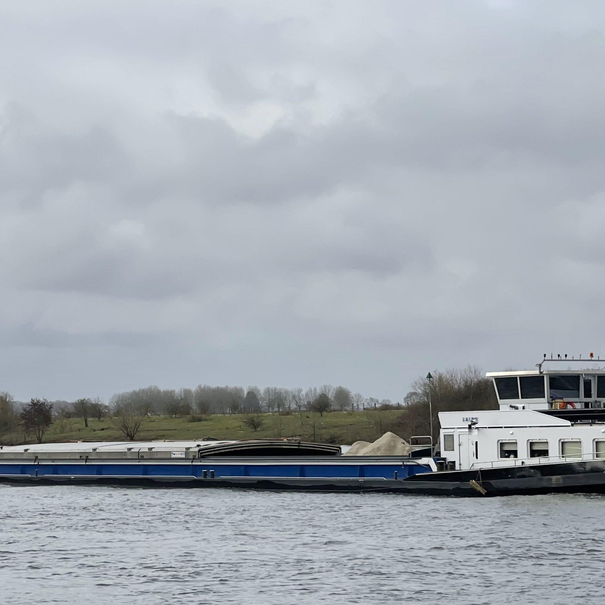 Volgens de Rabobank hebben vooral de oudere en kleinere binnenvaartschepen minder mogelijkheden om te investeren in verduurzaming. Het zorgt mogelijk voor het nog sneller verdwijnen van de kleine binnenvaart. En dat kan weer voor het gevreesde reverse modal shift zorgen. (Foto Erik van Huizen)