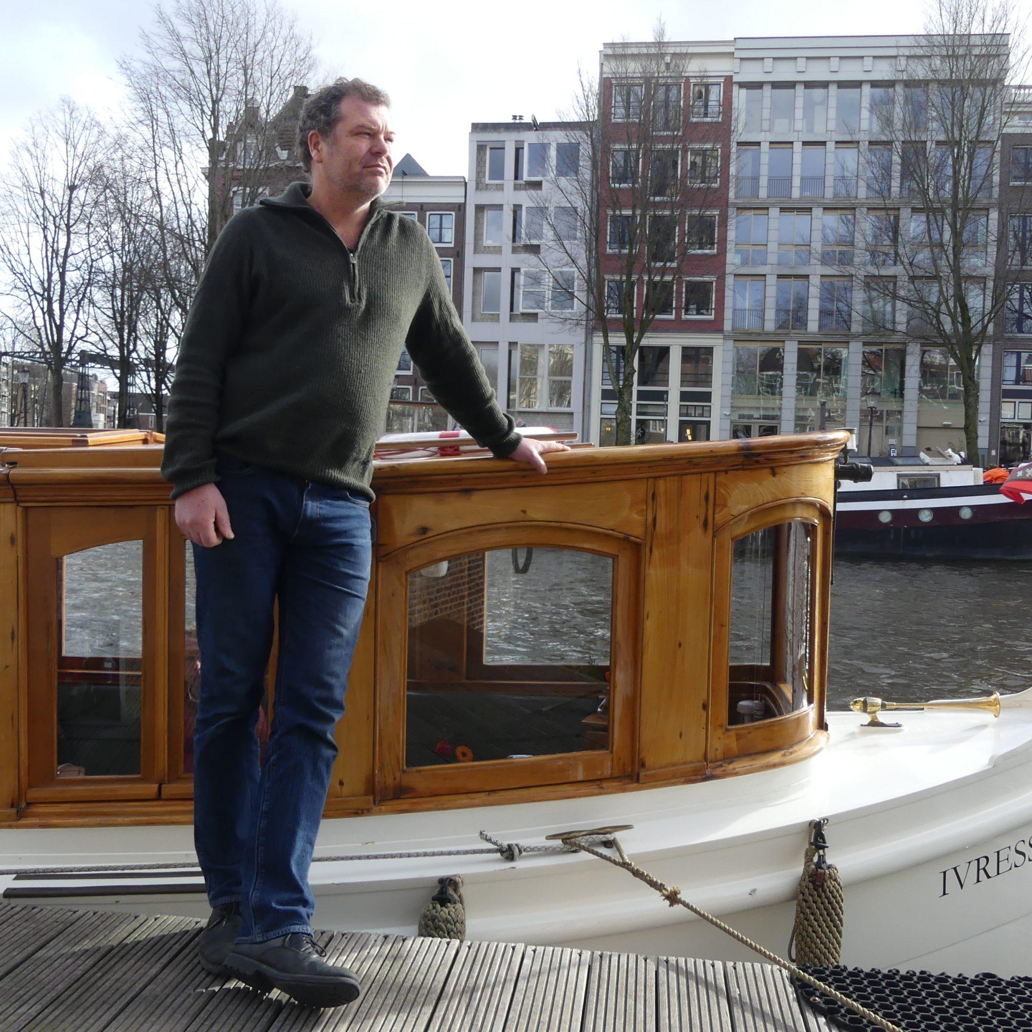Voorzitter Tommy van Riet van de Verenigde Reders Amsterdam behoort uiteindelijk tot de gelukkigen. 'Er zijn ook veel trieste verhalen.' (Archieffoto Heere Heeresma jr.)