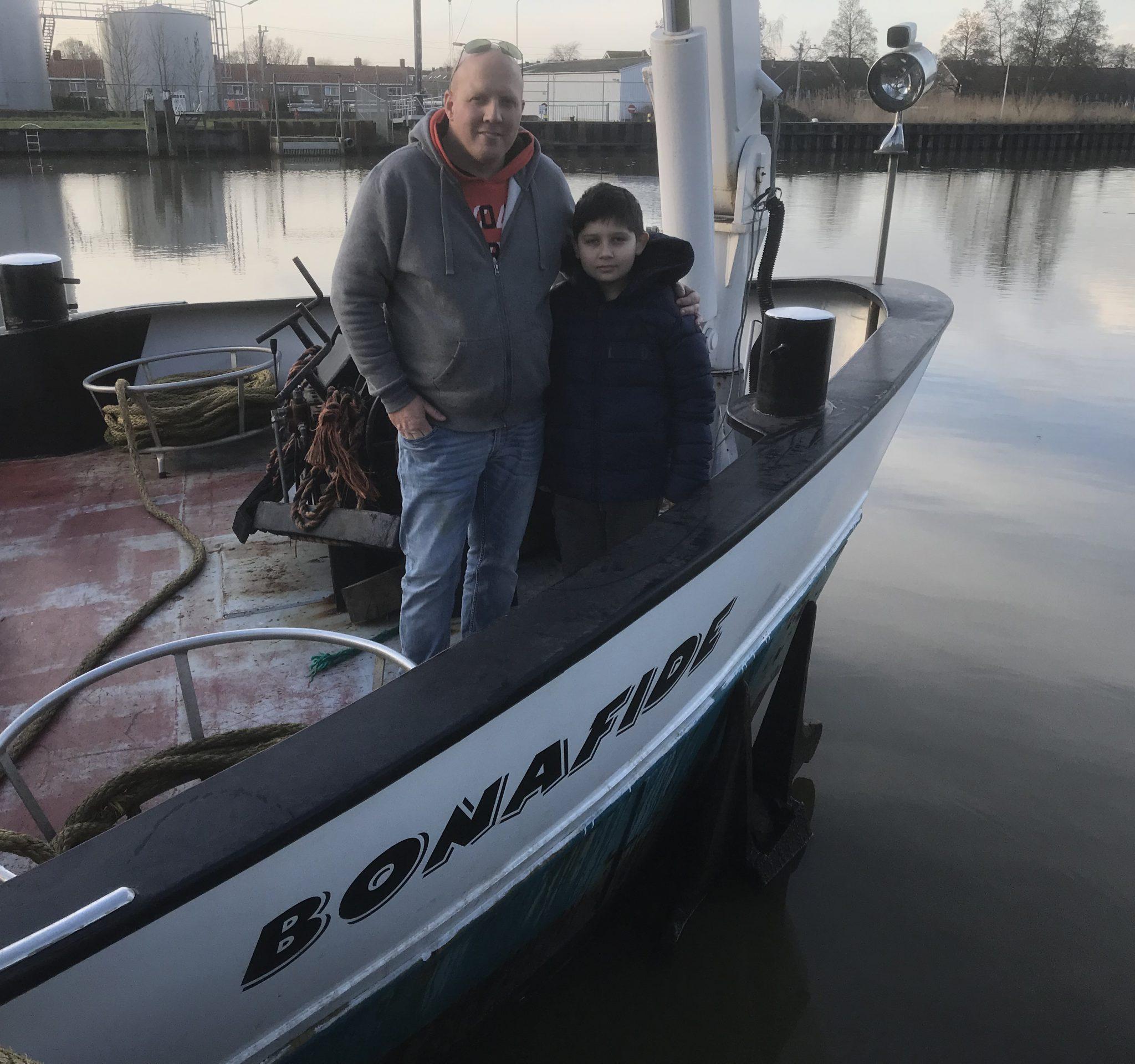 Schipper Jaap Remmelzwaal en zijn zoon Damian hebben een spannende week achter de rug op de Bonafide. Bij het veer tussen Baarlo en Steyl passeren ze een stuurloos binnenvaartschip. Jaap probeert de schipper te hulp te schieten, terwijl zijn zoon alles filmt vanuit de stuurhut.