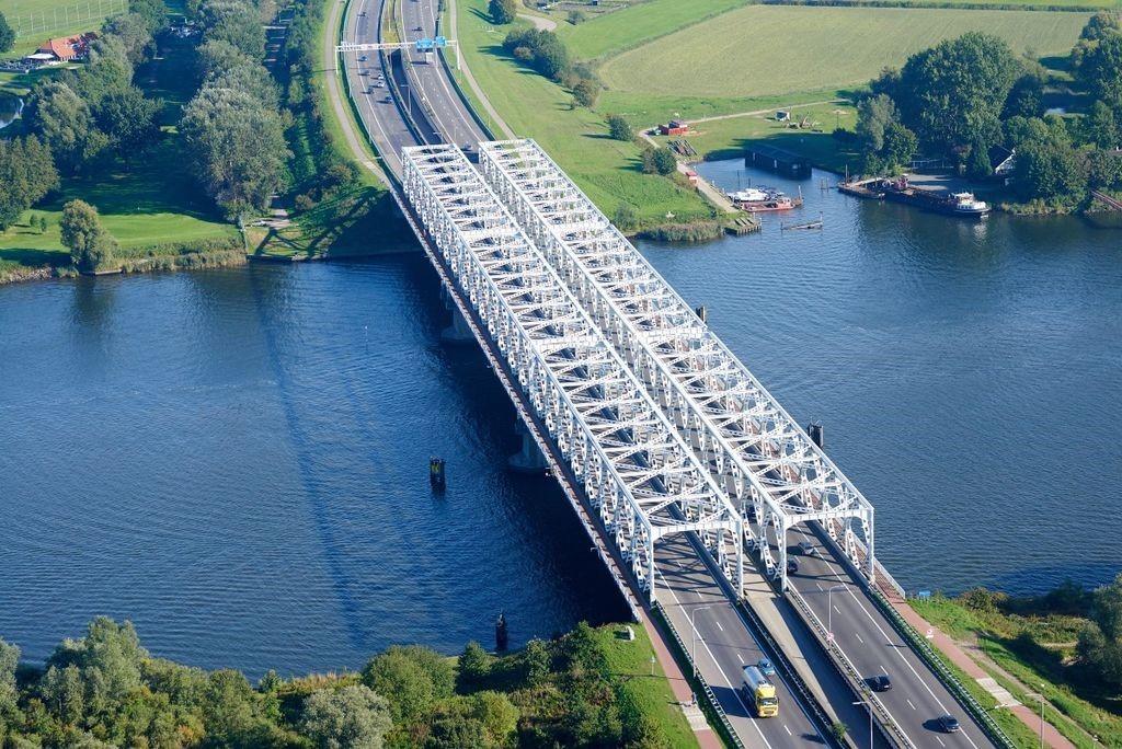 Van de Keizersveerbruggen bij Breda worden zes vakwerkbruggen aangeboden (Foto Nationale Bruggenbank)