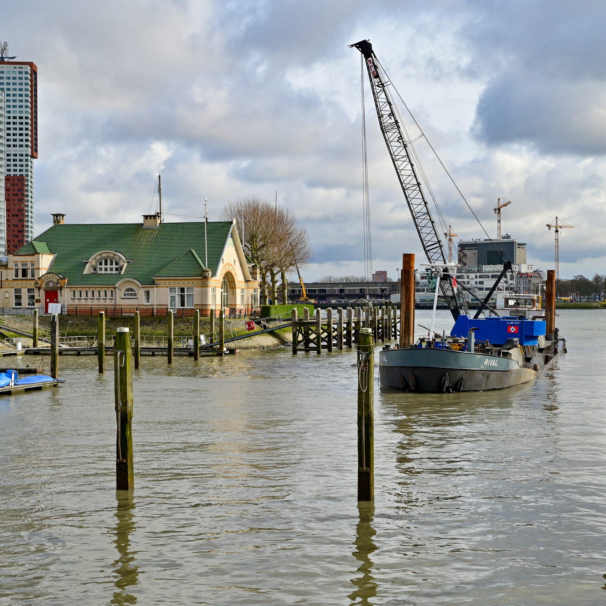 Het schip de Rival voert baggerwerkzaamheden uit in een doodstille Veerhaven. (Foto Media TV)