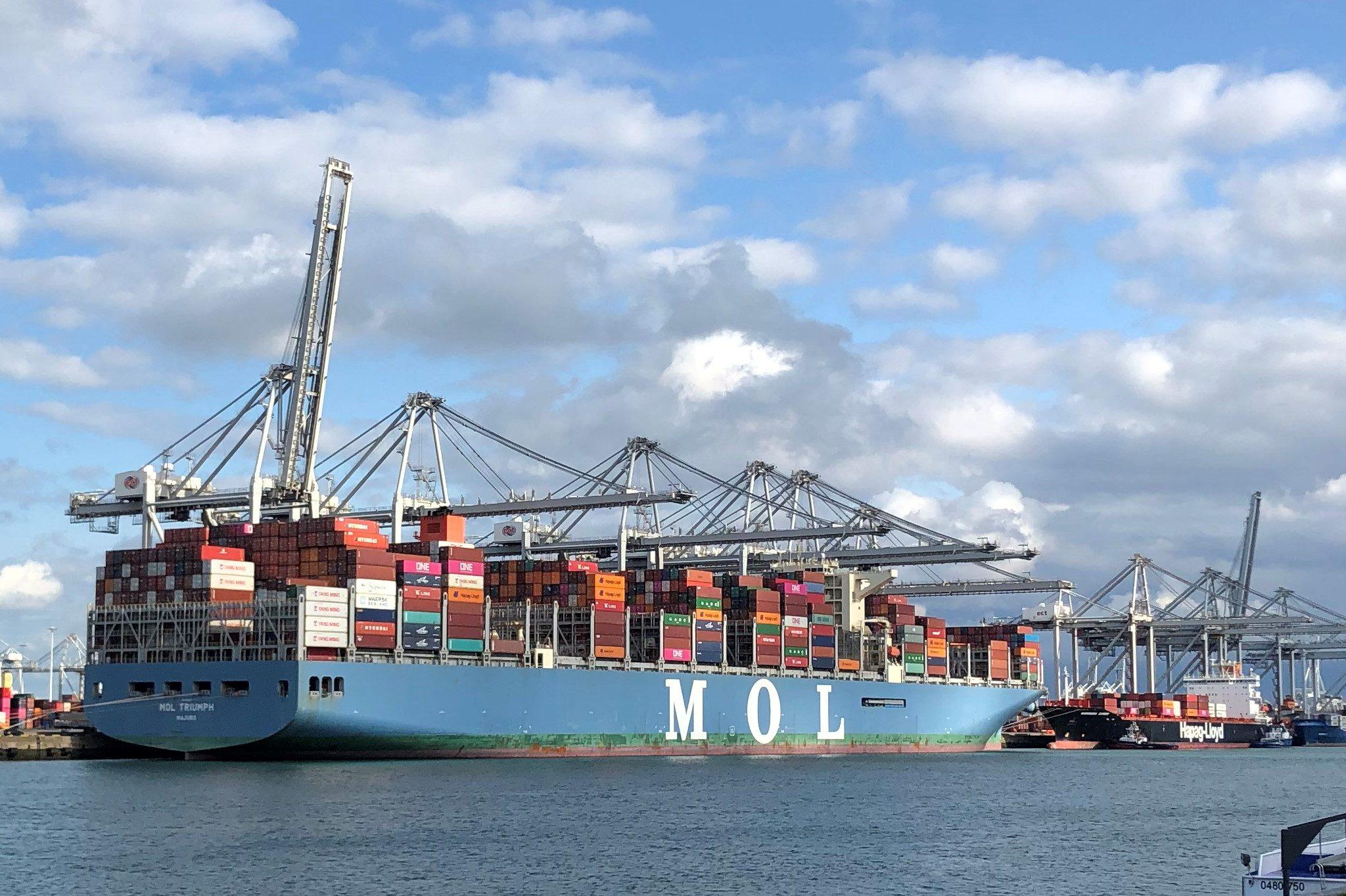 De enorme schaalvergroting van de laatste jaren maakt ook dat het bij elke vertraging meteen om enorme aantallen containers gaat. Foto Robin van den Bovenkamp