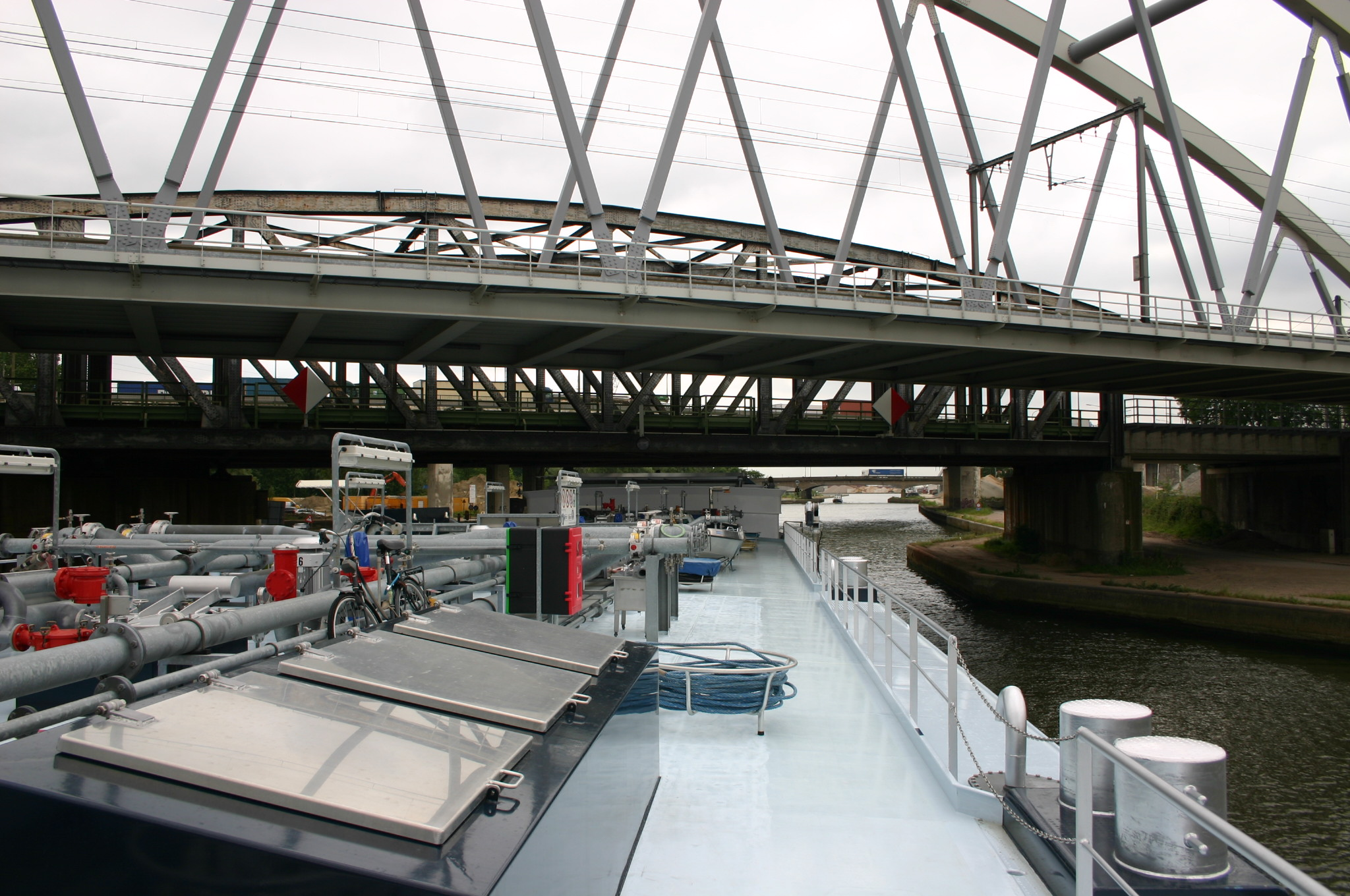 De infrastructuur heeft geen gelijke tred gehouden met de schaalvergroting in de binnenvaart. Tegenwoordig moet een tanker helemaal worden volgepompt met ballastwater om nog kans te maken heel onder de bruggen door te komen. (Foto Hens van Buren)