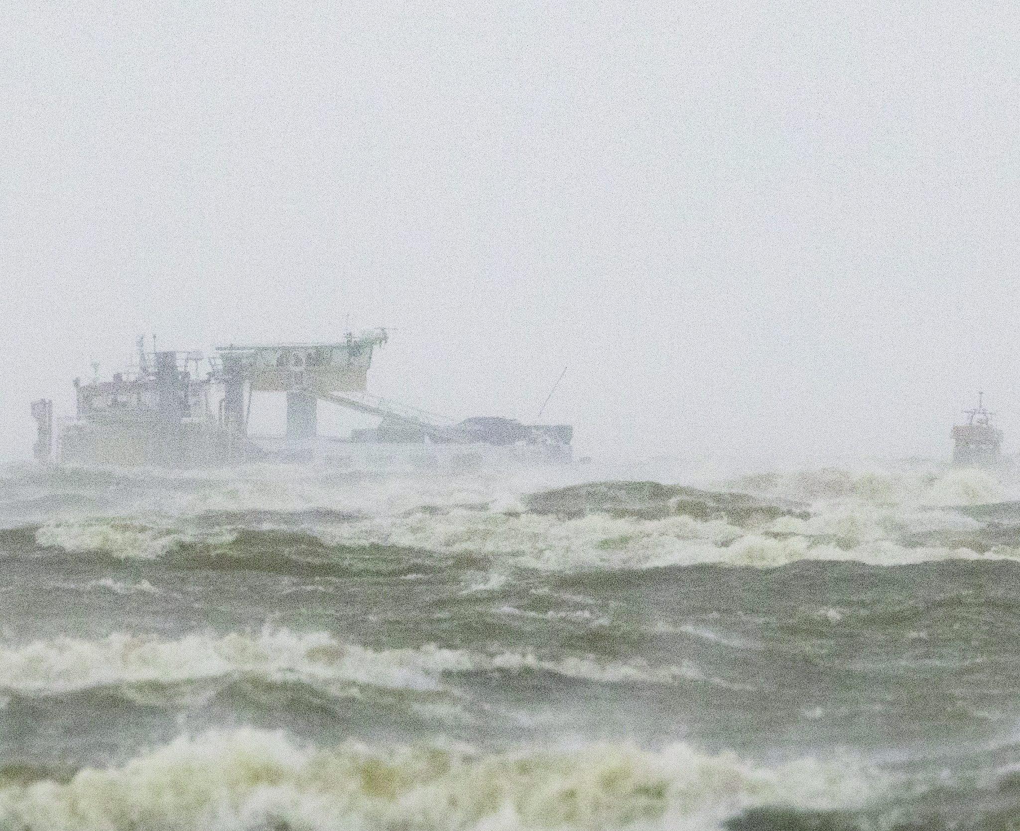 De opvarenden van de Rehoboth wachten in vliegende storm op hulp van de KNRM. Foto Jaring Rispens
