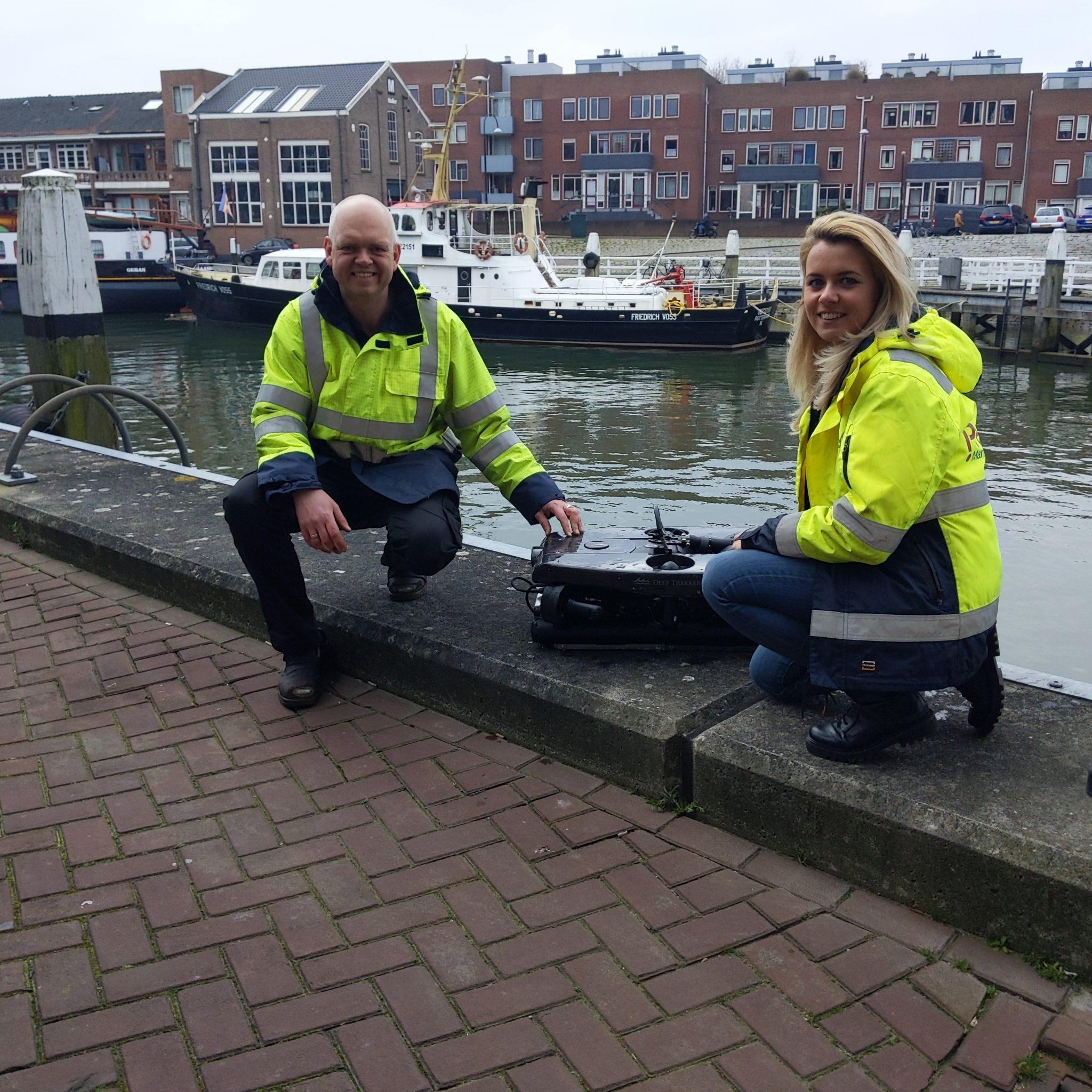 Pascal van Weelden en Denise Smit laten met trots hun onderwaterdrone zien. (Foto Robin van den Bovenkamp)