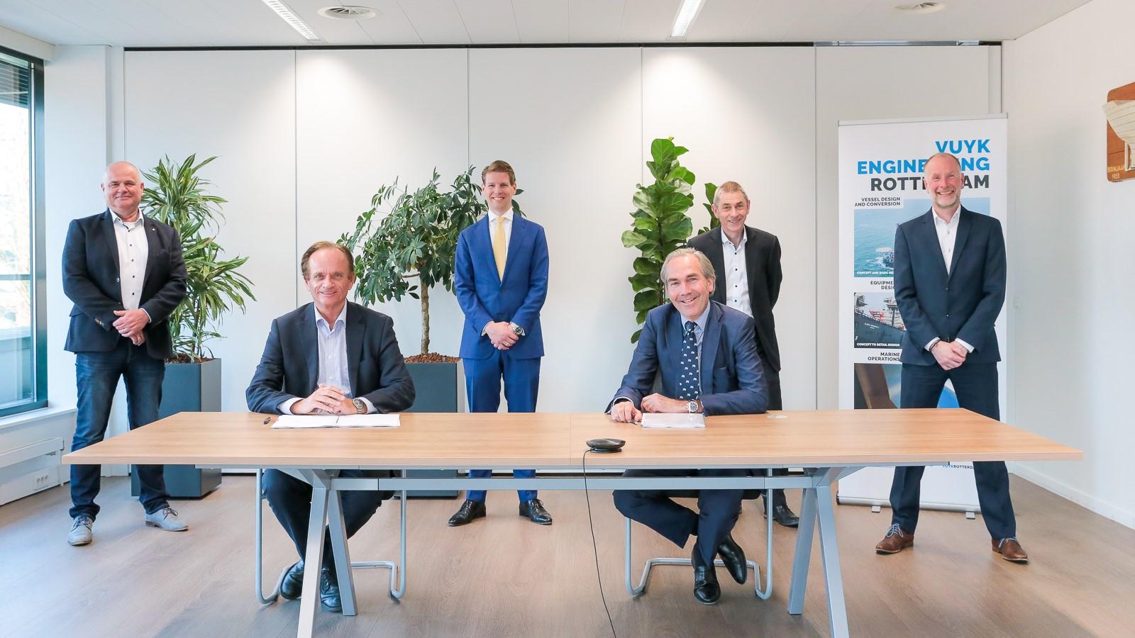 Topman Gerben Eggink van IHC en Jan Willem Doeksen zetten hun handtekening onder de overname van Vuyk Engineering. (Foto: Royal IHC)