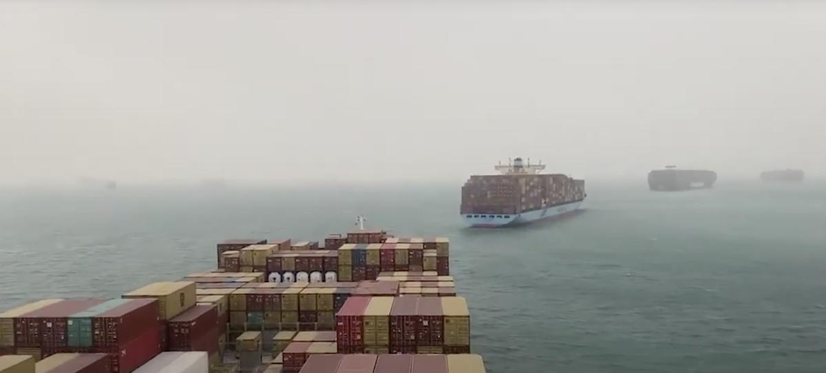 File van schepen in het Suezkanaal.