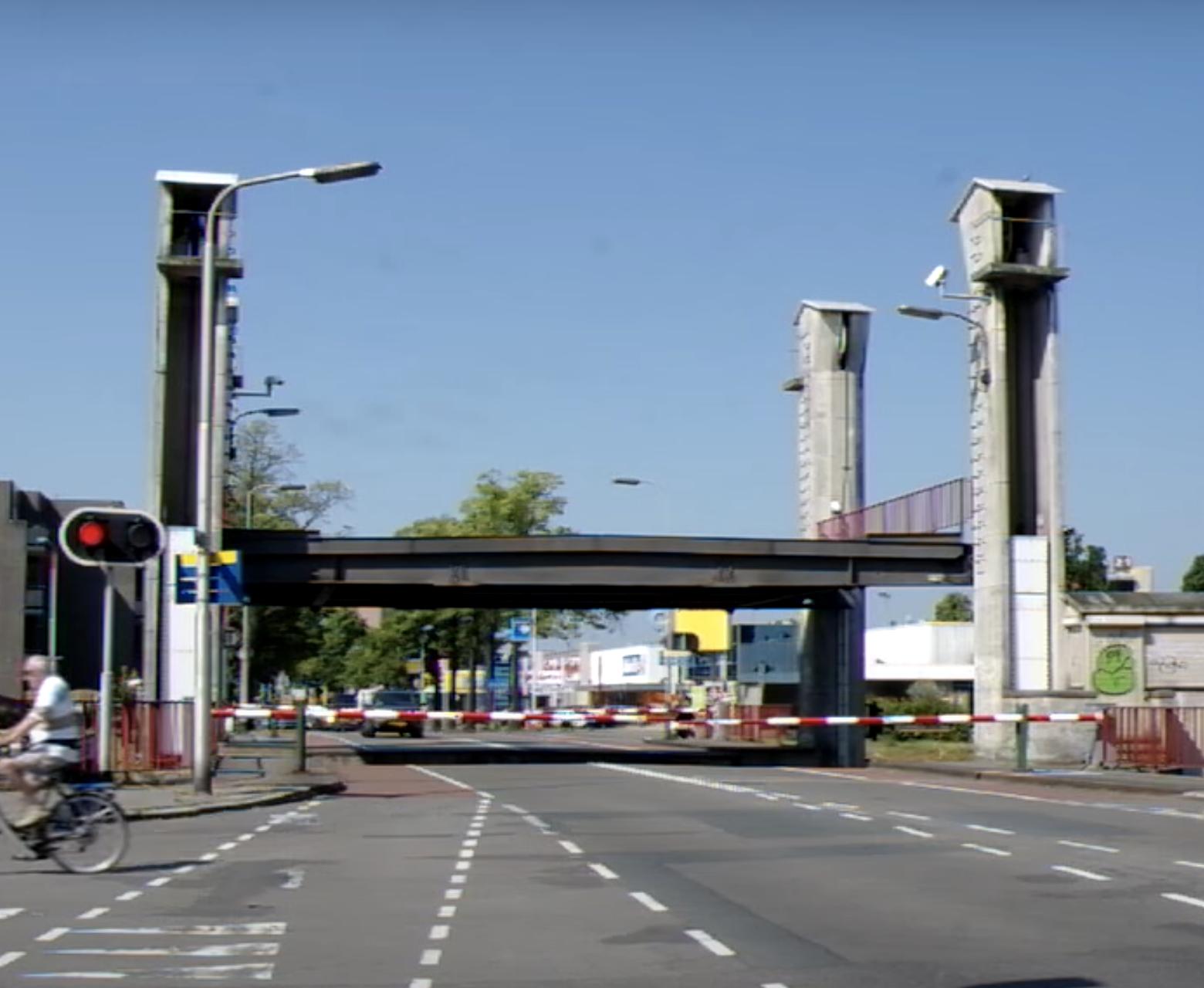 De hefbrug bij de Bosscheweg in Tilburg sloot te snel.