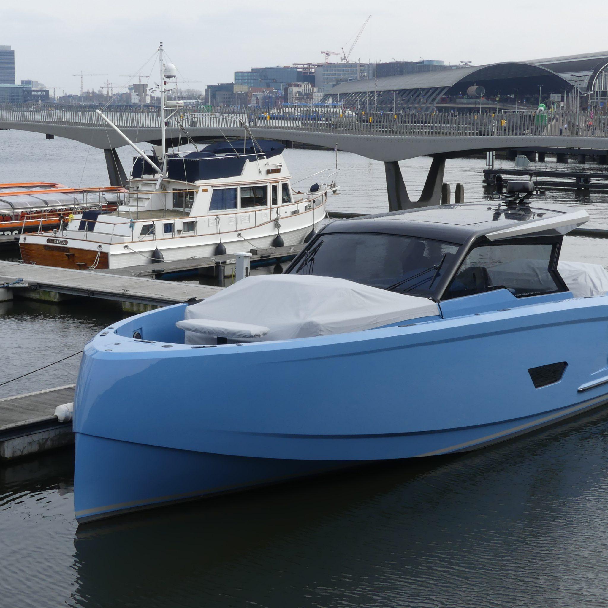 De Vanquish VQ 52 in de City Marina van Amsterdam. 'De negatieve boeg snijdt onwijs goed door de golven.' (Foto Heere Heeresma jr.)