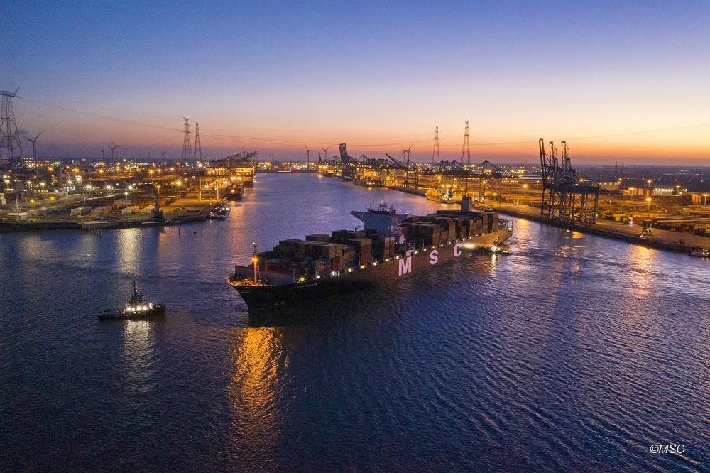 Voor het eerst is een schip met een diepgang van 15meter70 door de Schelde gevaren.