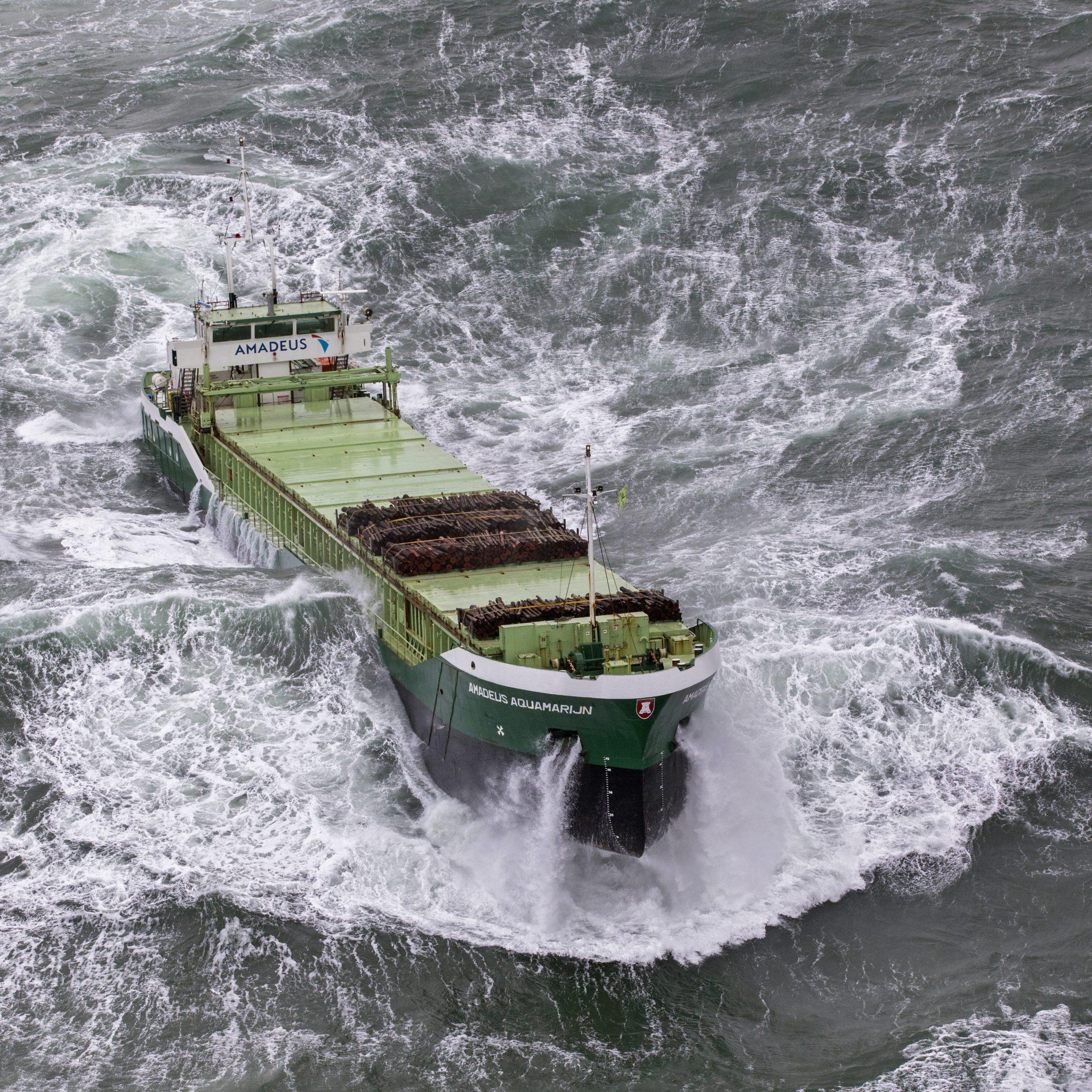 De Amadeus Aquamarijn van De Bock Maritiem op een roerige Noordzee. (Foto Flying Focus)