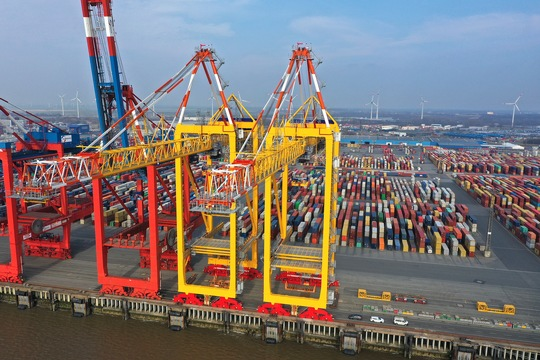 De twee nieuwe kranen van MSC-Eurogate in Bremerhaven. (Foto Eurogate)