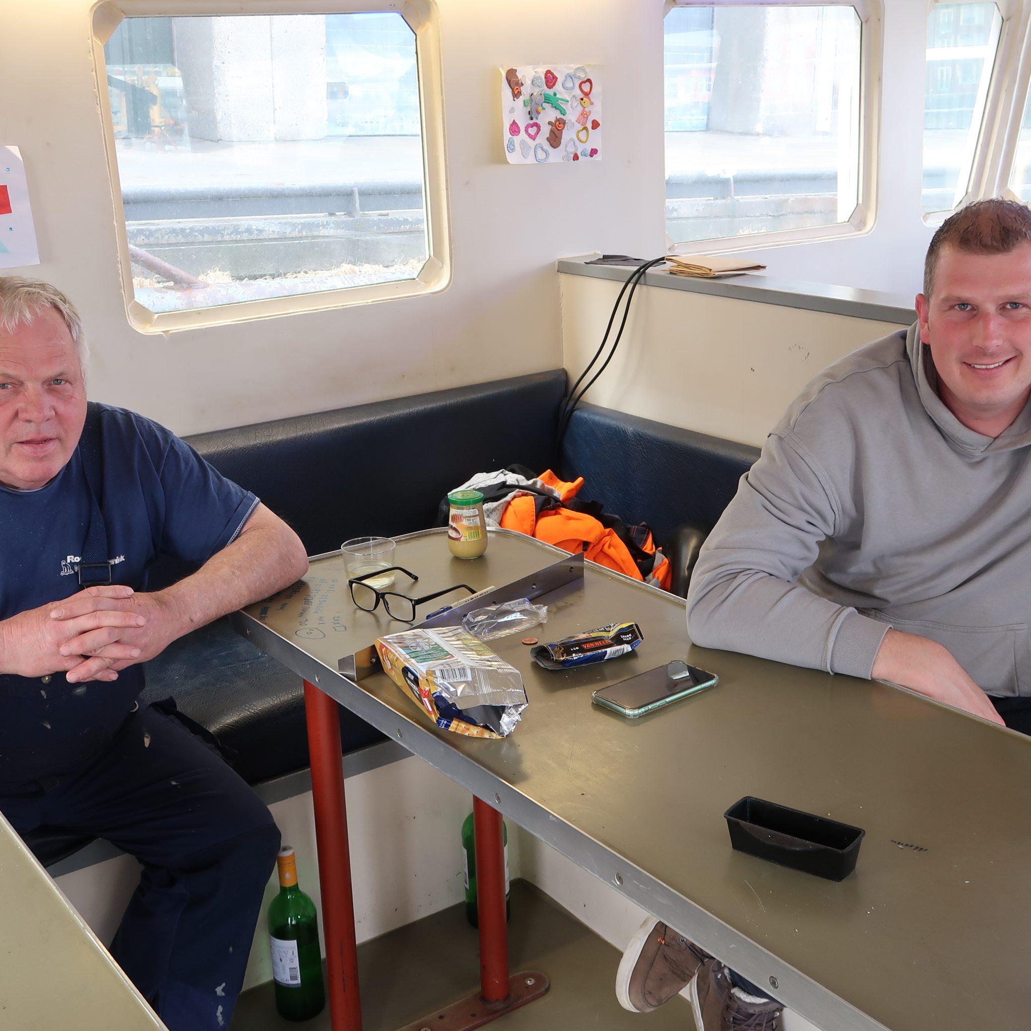 Koeltechnisch installateur Bert Roeleveld (links) en schipper Gerard van Elst zien wel voordelen in het invriezen van schol aan boord. (Foto W.M. den Heijer)