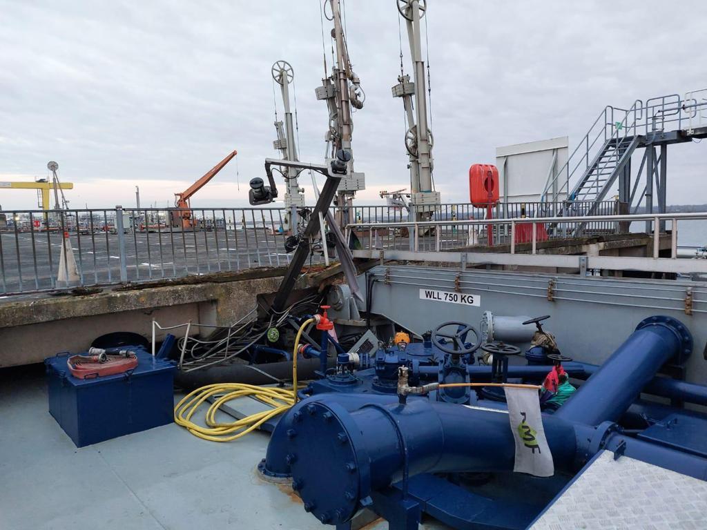 De tanker Beringzee vaart zich vast onder de steiger.