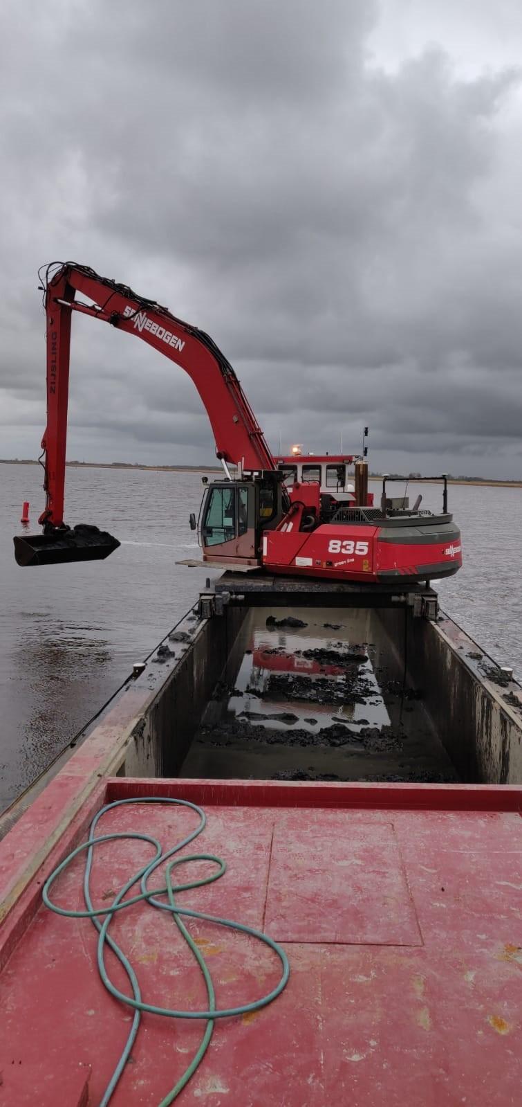 De baggerwerkzaamheden op het Lauwersmeer zijn begonnen (Foto: Twitter / @RWS_NN)