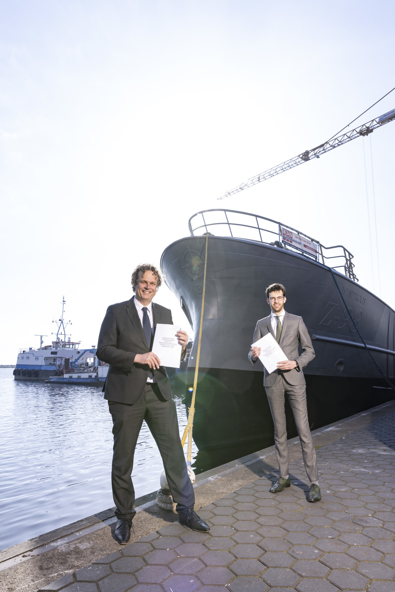 Remco Meijerink en wethouder Nathanaël Middelkoop poseren met het samenwerkingscontract (Foto Twitter / @ROCFriesePoort)