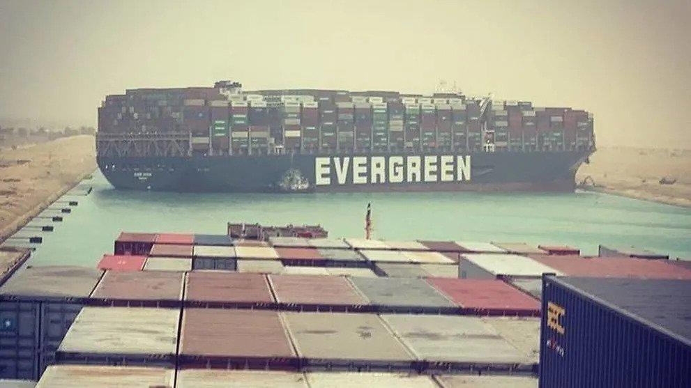 De Ever Given blokkeert het kanaal in beide richtingen. (Foto Instagram/fallenhearts17)