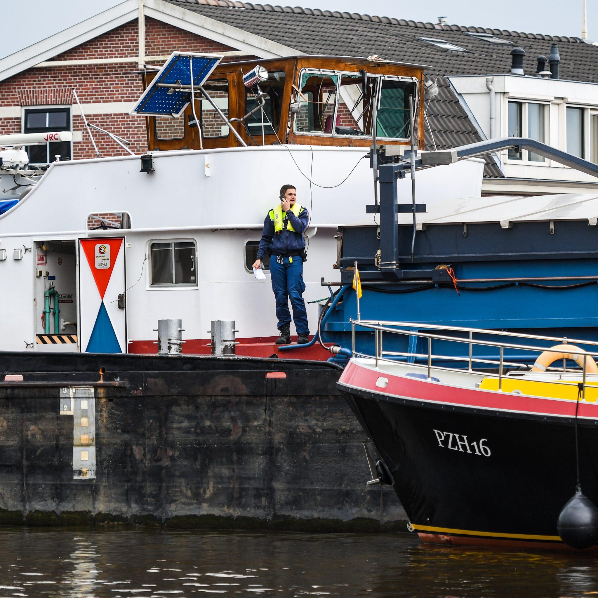 Er is grote schade aan de stuurhut van het vrachtschip. (Foto Media TV)